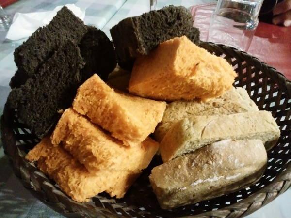 13日 八丈島 夕食の料理 3種類のハンドメイドブレッド