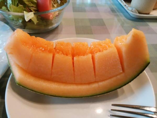 12日 八丈島 朝食の料理 甘いメロン