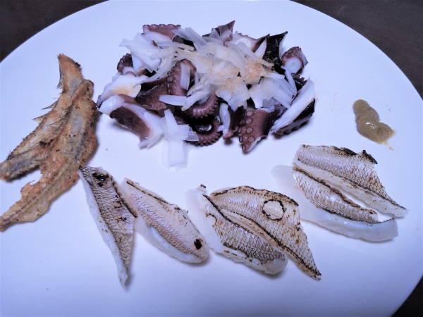 晩のメニュー シロギスの炙り1.5匹分 茹蛸 骨せんべい