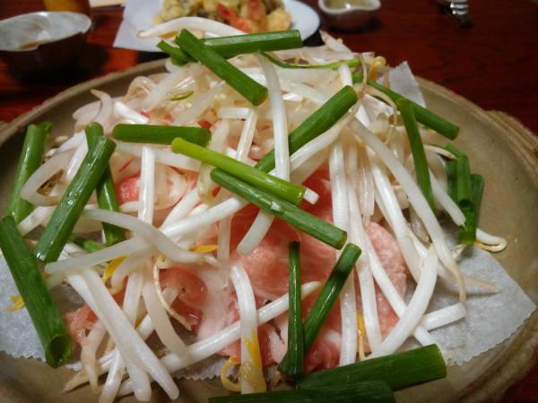 ブタ肉と野菜の陶板焼き